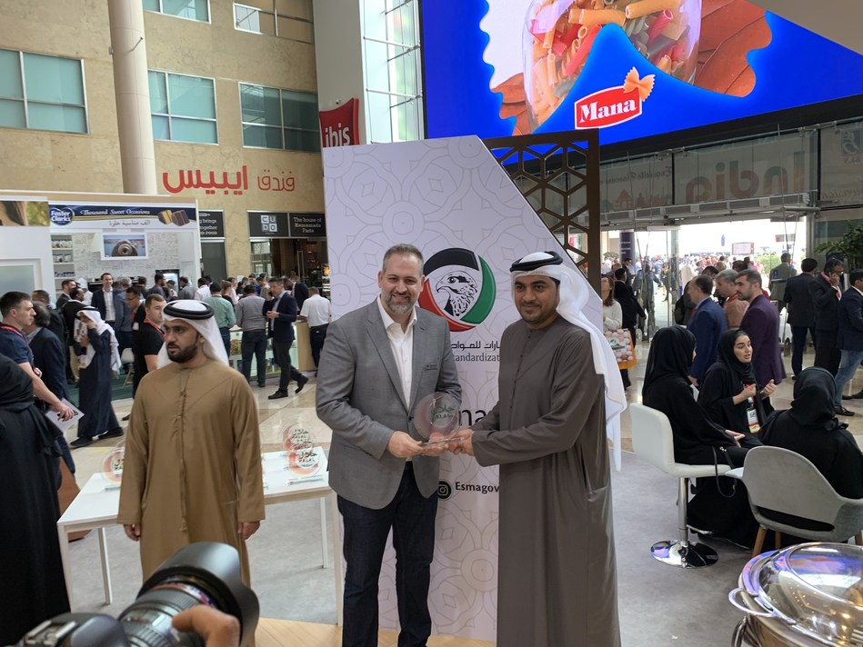Marcos Delorenzo, director of Marketing and New Business at Seara MENA (Middle East and North Africa), receives the ESMA Halal Certificate for the Seara new products from H.E. Abdulla Al Maeein, director-general of the EASM (Emirates Authority for Standardization and Metrology). (Photo credit: Seara)
