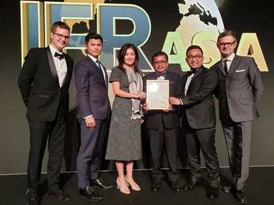 CFO Jasa Marga, Donny Arsal (third from the right), received The 2018 IFR Asia Awards for the category of Indonesia Capital Markets Deal as Jasa Marga funding scheme, Komodo Bond, has been successfully attracting infrastructure investments in Indonesia, toll roads in particular