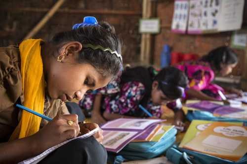 On 24 February 2019 in Bangladesh, a girl studies with new UNICEF-supported learning materials in class of level 4-5 in a learning centre in Kutupalong refugee camp in Cox's Bazar. © UNICEF/UN0284179/LeMoyne (CNW Group/UNICEF Canada)