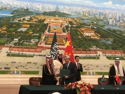 MoU signing between Mr. Mohammad Abdullah Abunayyan, Chairman of ACWA Power (left) and Mr. Wang Yanzhi, CEO of the Silk Road Fund (right), in the presence of HRH Prince Mohammed Bin Salman and Han Zheng, Vice Premier of State Council of China.