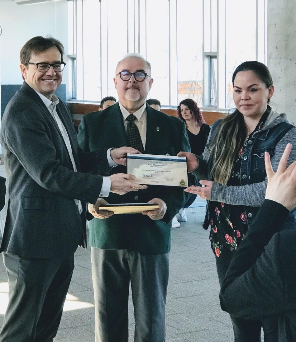 (De gauche à droite) Le ministre Wilkinson, Dave Loop, coordinateur du cours C & P, présente un certificat à Tina Halvorsen de la tribu Uchucklesaht (Groupe CNW/Pêches et Océans Canada, Région du Pacifique)