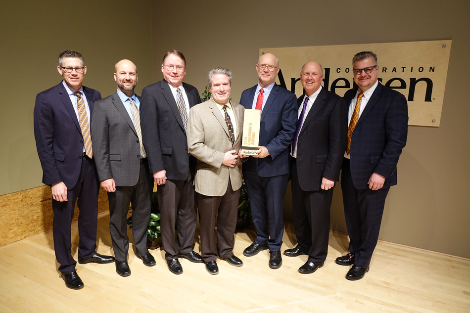 Andersen leaders present the 2018 Chairman's Award to members of the Easy Connect Joining System team. Pictured from left to right: Chris Galvin, senior vice president of manufacturing and logistics; Brandon Berg, vice president of research, development and innovation; Steve Berg, technical marketing manager; Tim Kelley, technical leader II; Duane Fier, technical fellow; Jay Lund, chairman and CEO; and Joe Arcadi, director of business development – innovations. (PRNewsfoto/Andersen Corporation)