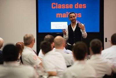 Les employés de La Cage en classe de maître avec le chef Hakim Chajar lors de la plus récente formation à l'ITHQ, le 28 février dernier ©Sébastien St-Jean (Groupe CNW/Institut de tourisme et d'hôtellerie du Québec)