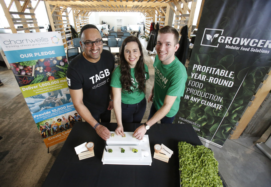 Ashton Sequeira, President Chartwells (L) with Ottawa students Alida Burke and Corey Ellis, co-founders of The Growcer (CNW Group/Compass Group Canada)