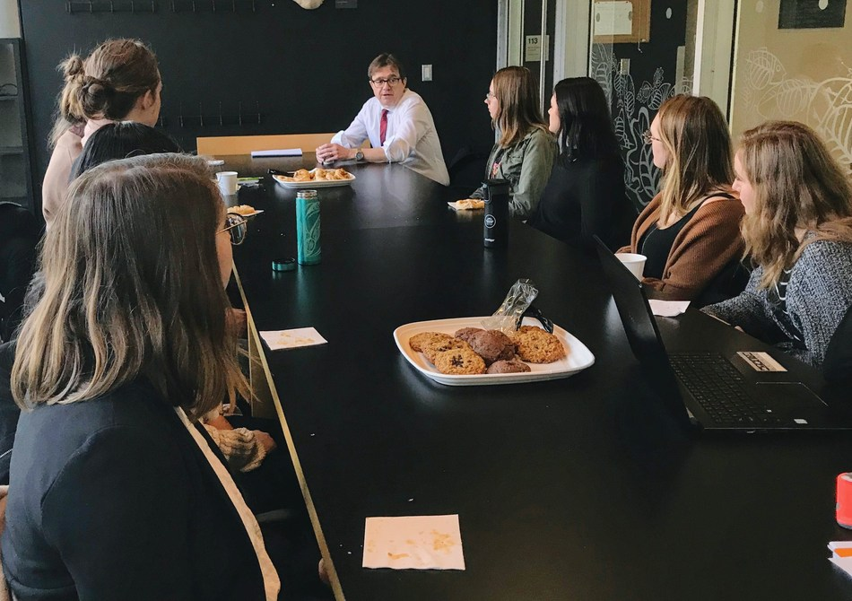 Minister Wilkinson speaks with members of the UBC Women in Science Club. (CNW Group/Fisheries and Oceans Canada, Pacific Region)