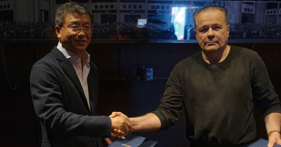 Left to right: WAN Jie - Artron / thierry Ehrmann - Artprice (PRNewsfoto/Artprice.com)