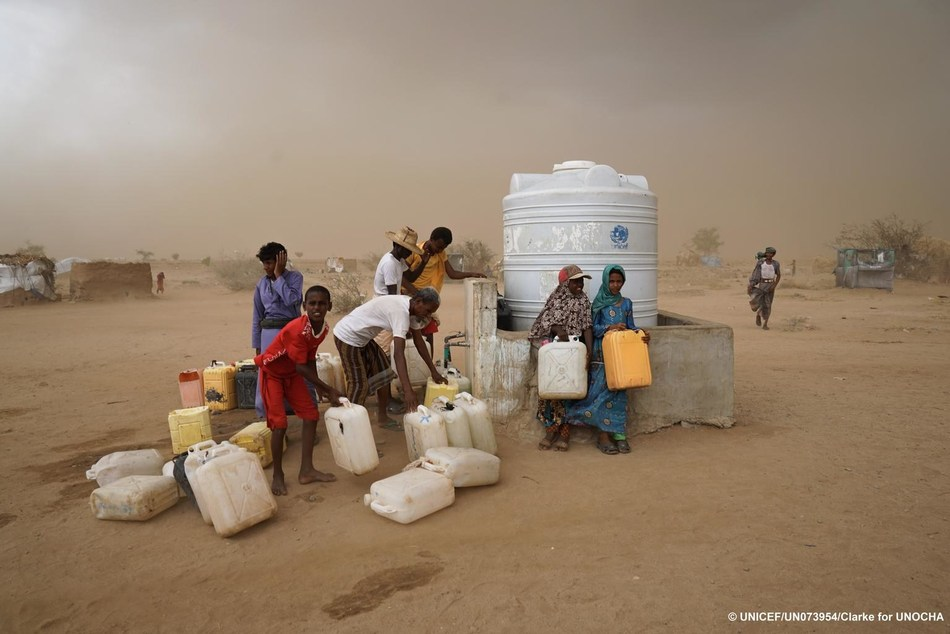 Internally displaced persons (IDPs) collect water as a sandstorm approaches in Abs IDP settlement, Hajjah Governorate, Yemen, Saturday 6 May 2017.  © UNICEF/UN 073954-Clarke 4UNOCHA (CNW Group/UNICEF Canada)