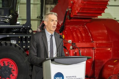 Vince Dancho, WAA's Senior Vice President introducing Otto, North America's first autonomous airport snowplow. (CNW Group/Winnipeg Airports Authority Inc.)