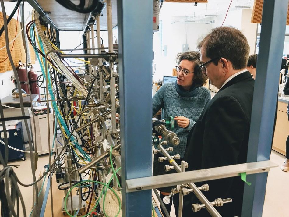 Le ministre Wilkinson visite le laboratoire de l'UVIC. (Groupe CNW/Pêches et Océans Canada, Région du Pacifique)