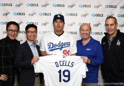 Q CELLS celebrates the beginning of their sponsorship with the Los Angeles Dodgers (from left) Martin Park, Head of Strategy, Marketing & HR of Q CELLS America; Shane Kim, Vice President of Sales of Q CELLS America; Hyun-Jin Ryu, Pitcher at the Los Angeles Dodgers; Stan Kasten, President & Chief Executive Officer of the Los Angeles Dodgers; Lon Rosen, Executive Vice President & Chief Marketing Officer of the Los Angeles Dodgers (Jon SooHoo / Los Angeles Dodgers)