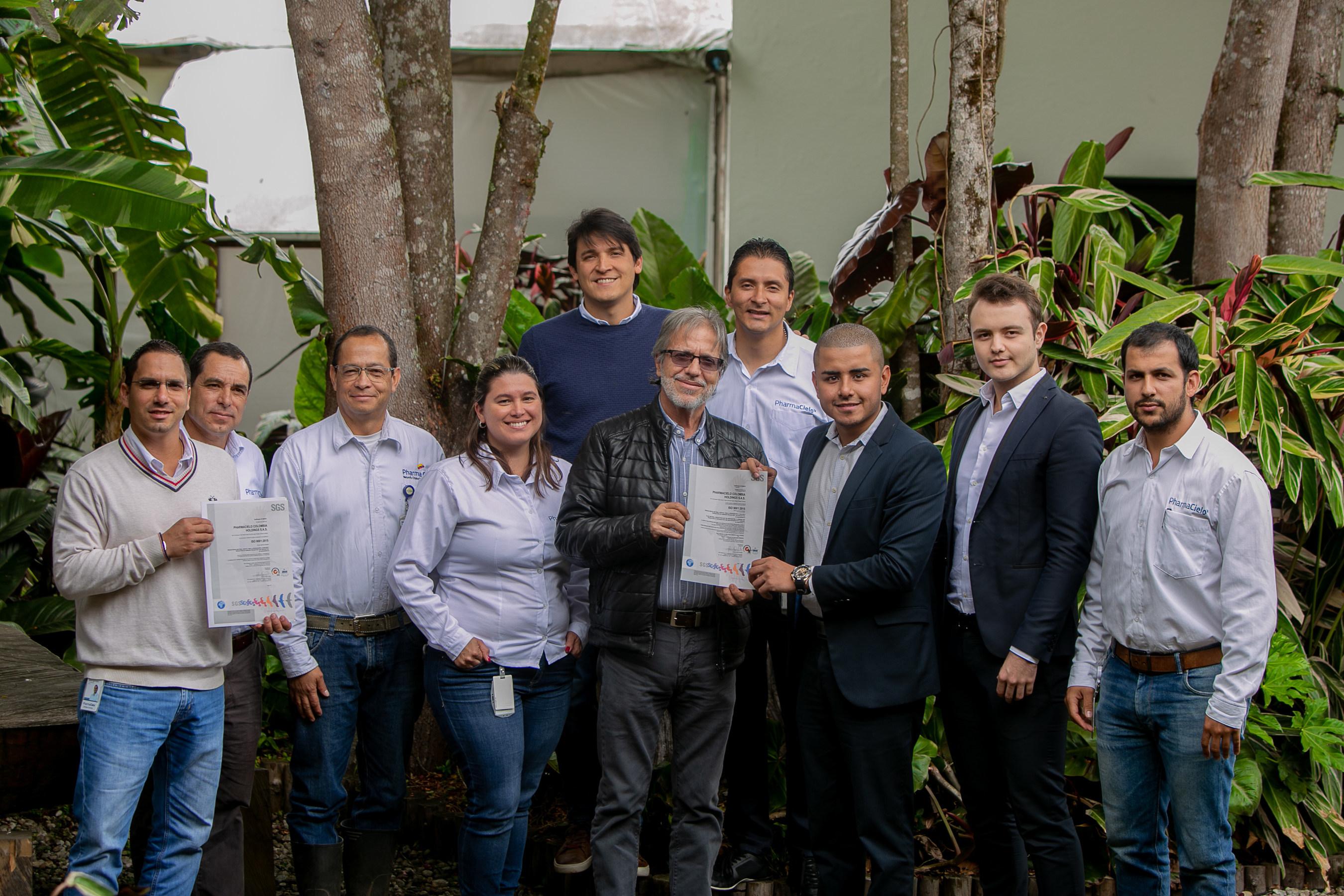 Federico Cock-Correa, president of PharmaCielo Colombia Holdings SAS, (centre-left) and PharmaCielo team receive ISO 9001:2015 certification. (CNW Group/PharmaCielo)