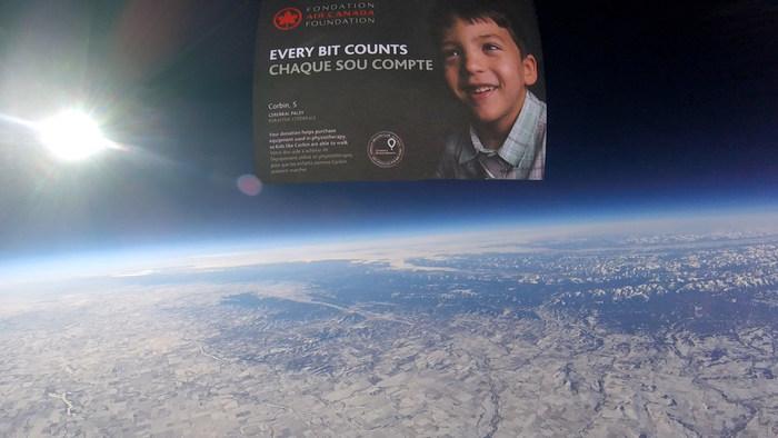 Enveloppe « Chaque sou compte » dans l'espace – Crédit photo : Thomas N., Directeur de bord à Air Canada (Groupe CNW/Fondation Air Canada)