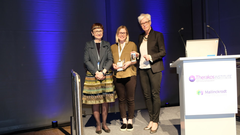 Dr. Aisling Flinn of Newcastle Hospitals NHS Foundation Trust receiving the Mallinckrodt 2019 Advancing ECP Immunomodulation Investigator Award on behalf of Dr. Rachel Crossland of Newcastle University, United Kingdom.