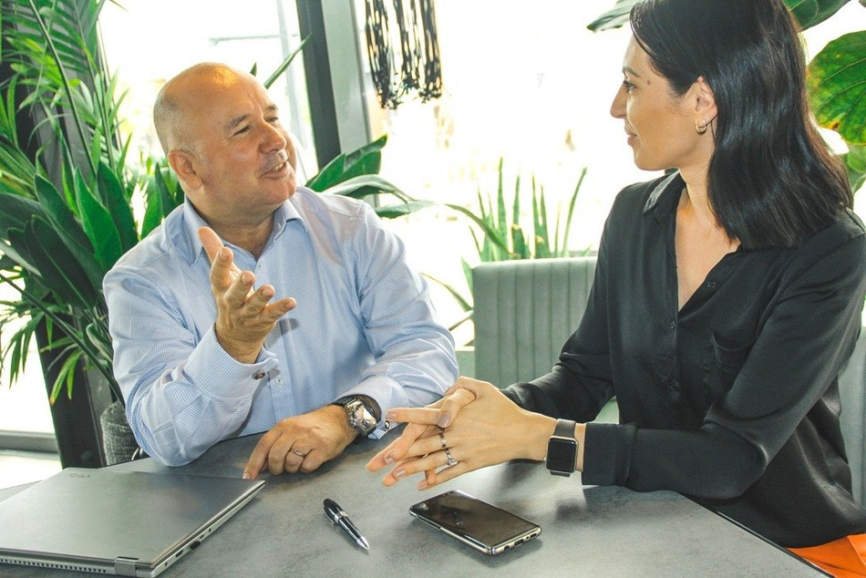 Nigel Sillitoe with Irina Zglavoc, who is looking for a financial adviser. Venue, SLAB in La Mer, Dubai (PRNewsfoto/Insight Discovery)
