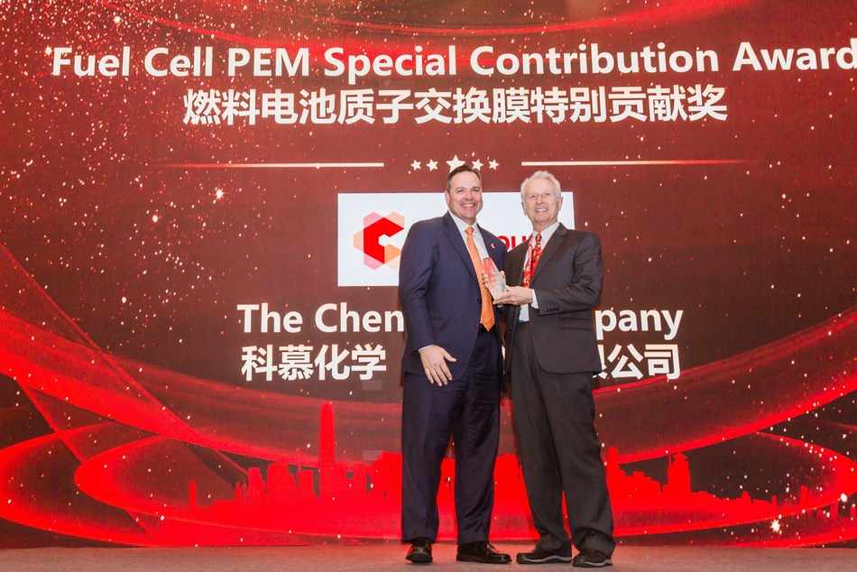Mark Vergnano, CEO and President of Chemours, accepts the Fuel Cell PEM Special Contribution Award at the China International New Energy & Intelligent Vehicle Forum 2019 in Anting, China.