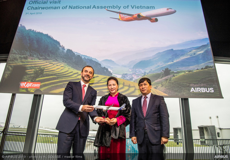 Vietnamese National Assembly Chairwoman Nguyen Thi Kim Ngan (middle) witnesses the delivery ceremony of Vietjet's brand new A321neo together with Mr. Dinh Viet Phuong, Vietjet Vice President (right) and Mr. Jean-Francois Laval, Airbus Executive Vice President Sales Asia (left) in Toulouse, France. (PRNewsfoto/Vietjet)