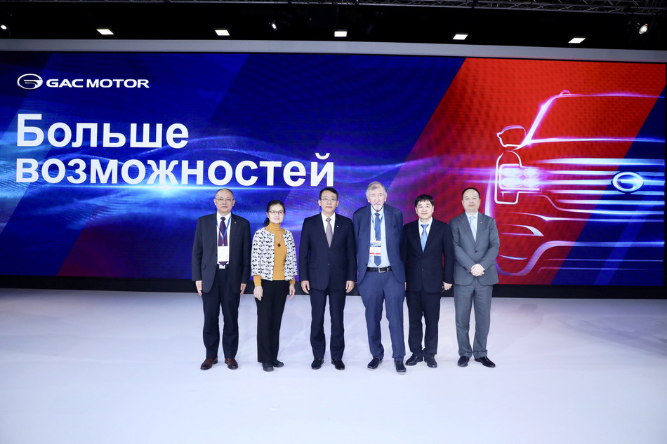 Feng Xingya, President of GAC (third from left), Alexsandr Kovrigin, Vice President of the Organizing Committee of SPIMS (third from right), Luo Xin, Commercial Consul of Consulate General of P.R.C in St. Petersburg (second from left), Lou Jiahong, Consul of Consulate General of P.R.C in St. Petersburg (second from right), Chen Hanjun, Vice President of GAC (first from left),  and Yu Jun, President of GAC Motor (first from right)