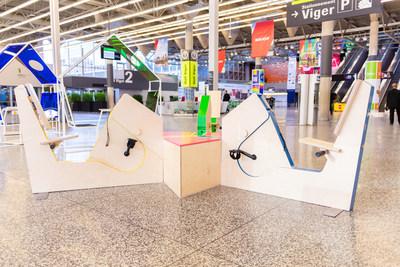 Bornes de chargement sportives créées par l'équipe de DIX au carré. (Groupe CNW/Palais des congrès de Montréal)