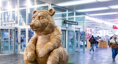 L'ours des Galeries du Palais, une œuvre en carton recyclé par l'artiste Laurence Vallières. (Groupe CNW/Palais des congrès de Montréal)