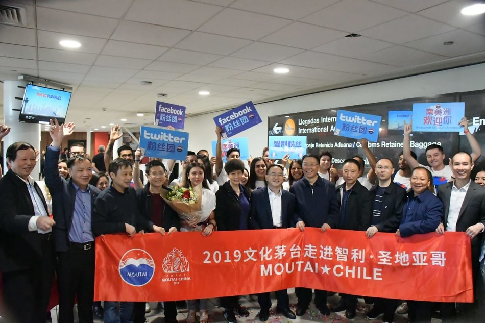 Fãs do Chile saúdam o Moutai Group no aeroporto (PRNewsfoto/Moutai Group)