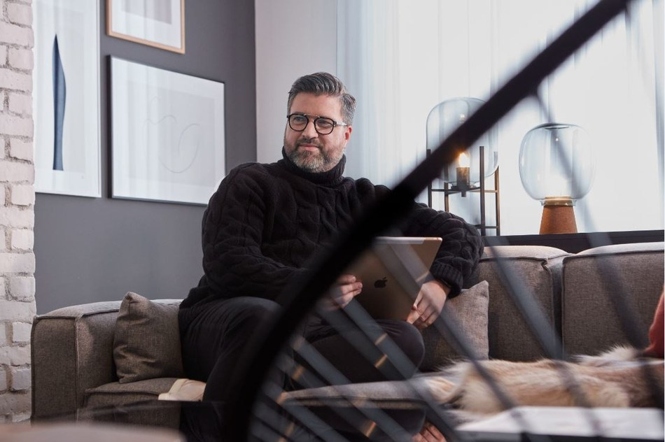 Dominic De Freitas, Principal of interior design firm figure3, in the Industrial Ranch style model home at Empire Legacy. (CNW Group/Empire Communities)