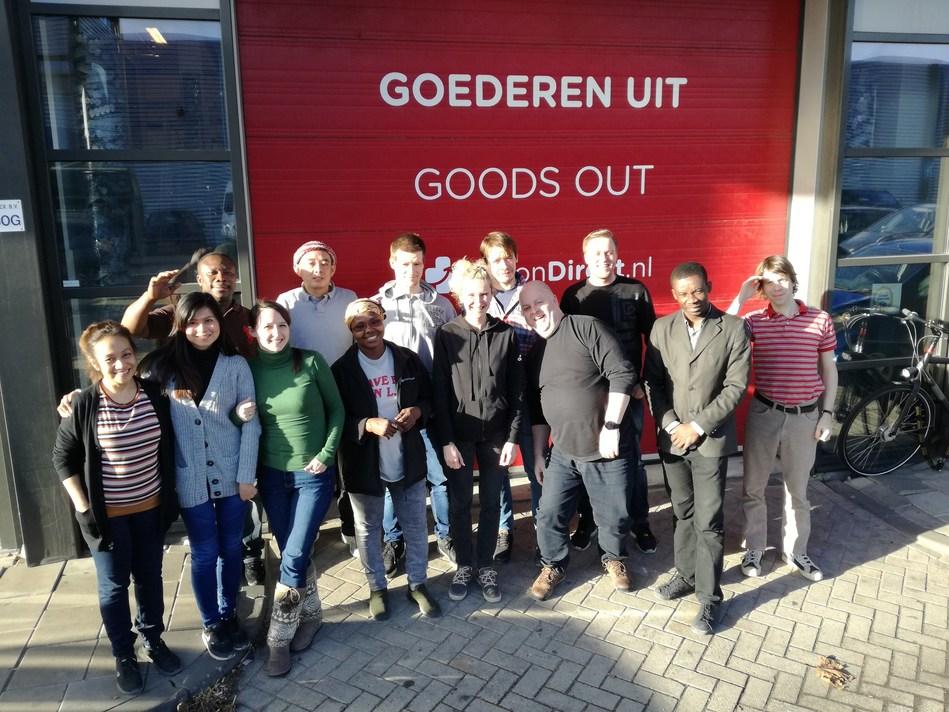 Personeel van Vision Direct in Amsterdam poseert voor het magazijn (PRNewsfoto/Vision Direct Europe Limited)