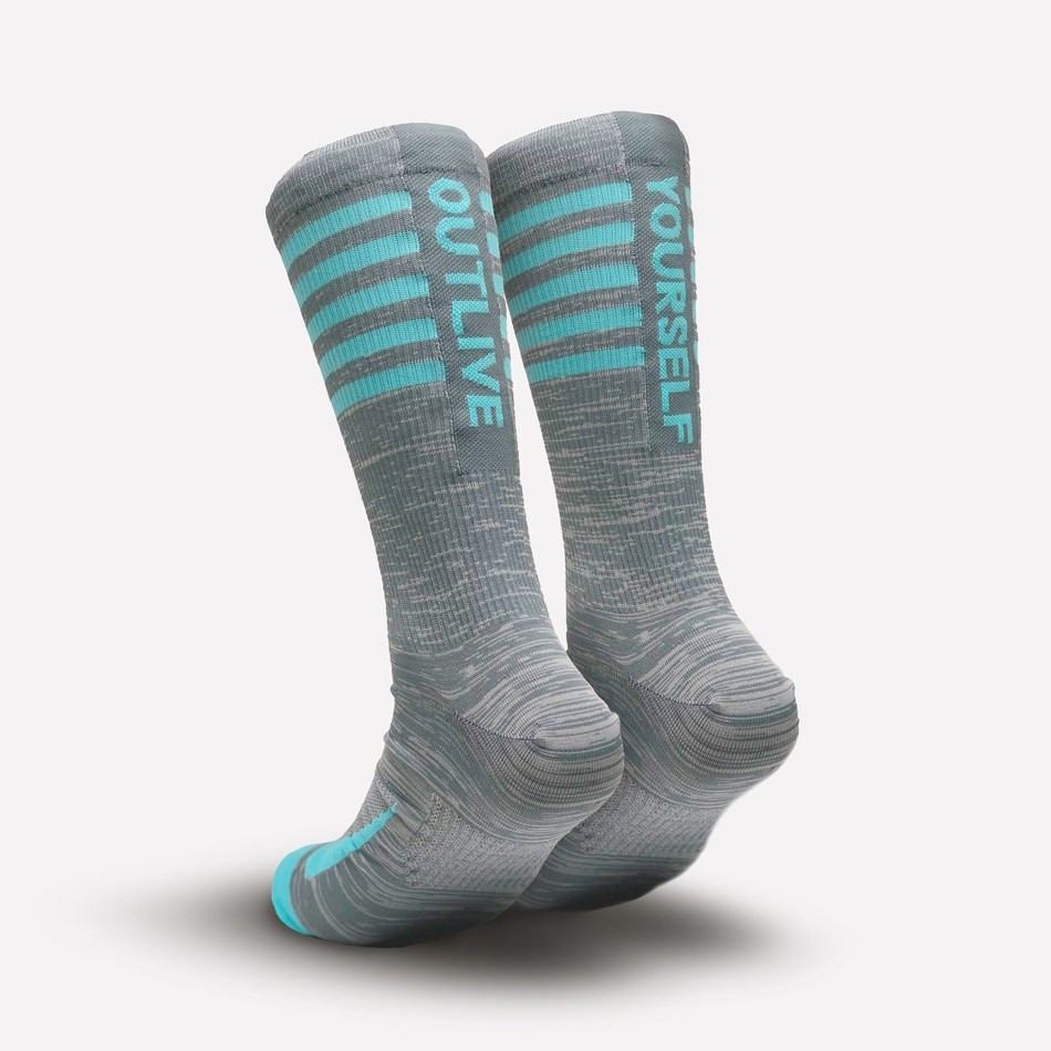 The Outlive Yourself sock was created by NIKE with a special organ donor in mind, Taylor Storch. Woven into each sock are the threads of blue representing Taylor's favorite color and blue eyes. Five rings on the socks signify the individual lives she saved.