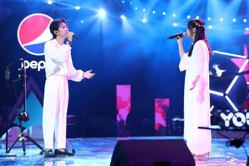 """The songwriters, Deng Jianchao and Meng Huiyuan singing """"Marriage Contract""""."""