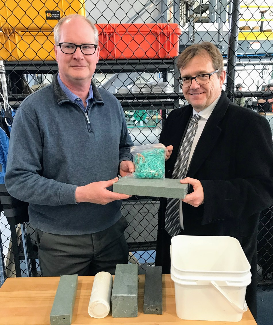 Le ministre Wilkinson rencontre le bénéficiaire local d'une subvention remise dans le cadre du Défi plastique en Nouvelle-Écosse (Groupe CNW/Pêches et Océans Canada)