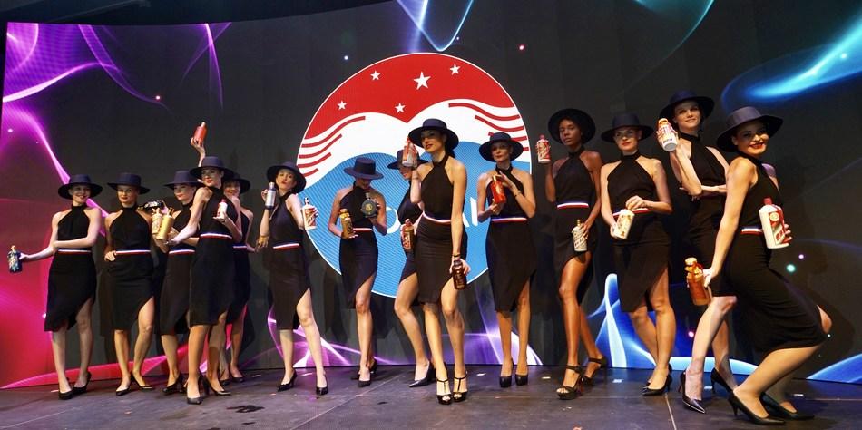 Un grupo de modelos vestidas con atuendos chilenos sostienen en sus manos vasos de Moutai durante el desfile de modas de Moutai (PRNewsfoto/Kweichow Moutai Group)