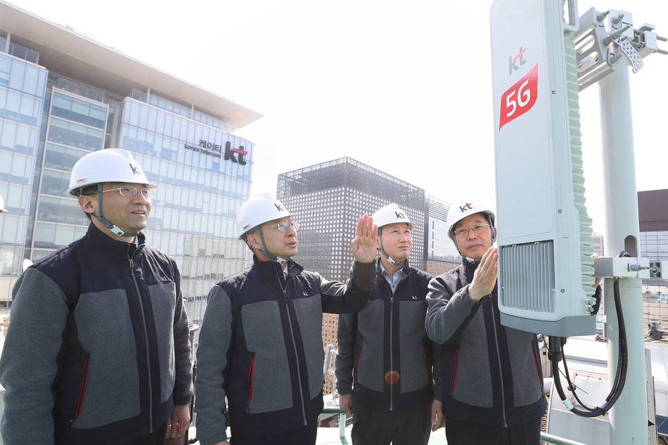 KT Chairman Hwang Chang-Gyu (second from left) inspects new 5G infrastructure in downtown Seoul with leaders from the company's Network Strategy Unit: from left, Chang-Seok Seo, Executive Vice President; Sung-Mok Oh, President; and Jin-ho Choi, Executive Vice President.