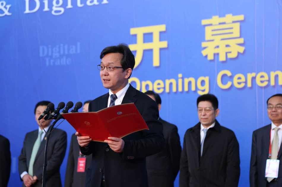 Member of the standing committee of the Jinhua Municipal Committee, Zhejiang Province and Secretary of the Yiwu Municipal Party Committee Lin Yi giving a speech