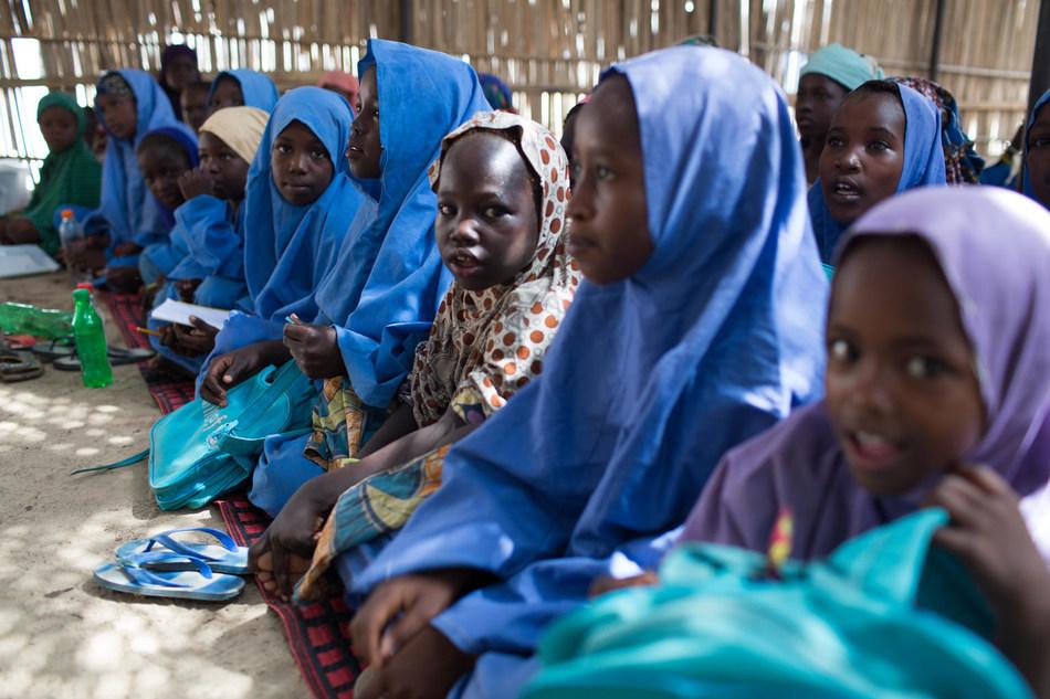 Des enfants sont en classe, dans un espace d'apprentissage temporaire à Muna Garage, à Maiduguri au Nigéria © UNICEF/UN0126508/Bindra (Groupe CNW/UNICEF Canada)