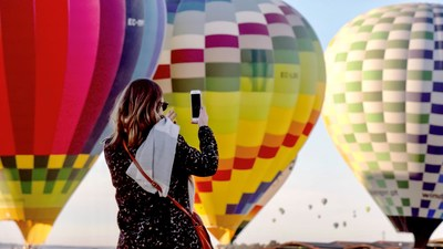 450 líderes de Young Living suben a los cielos en 39 globos aerostáticos durante una aventura épica en Sevilla, España (PRNewsfoto/Young Living Essential Oils)