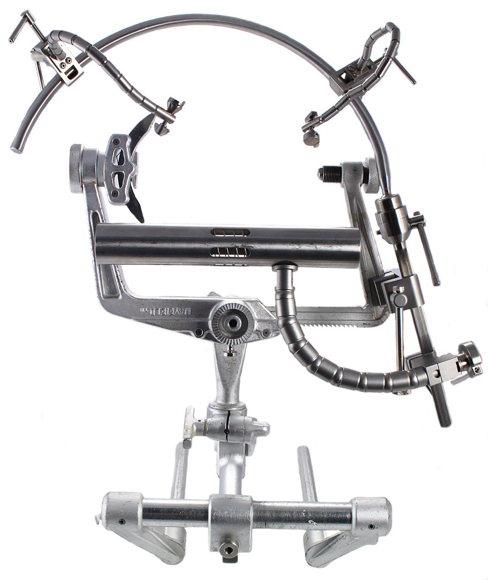 Symmetry Surgical's Greenberg® Simplicity complements the market-leading Greenberg® brand with new base components that simplify the setup process. An innovative curved arc contours the cranium and a ball joint connection offers flexibility in setup to create a clear line of sight during neurosurgical procedures.
