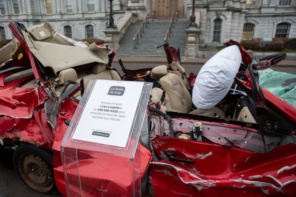 """L'expo-réalité """"Texto de trop"""" se tient du 15 au 18 avril à la Place Jacques Cartier, à Montréal. L'objectif est de sensibiliser le public à cesser l'utilisation du cellulaire au volant en activant le mode conduite sur leur appareil. (Groupe CNW/Sid Lee)"""