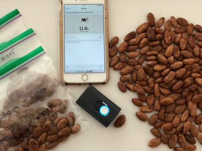 SCiO_scanning_cocoa_beans_and_smartphone_App