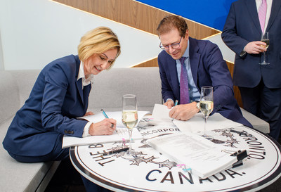 Jan De Silva, President & CEO, Toronto Region Board of Trade and Peter Menkes, President, Commercial/Industrial, Menkes, signing the official contract declaring 100 Queens Quay East as the World Trade Centre Toronto and The Toronto Region Board of Trade's new home. (CNW Group/Menkes Developments Ltd)