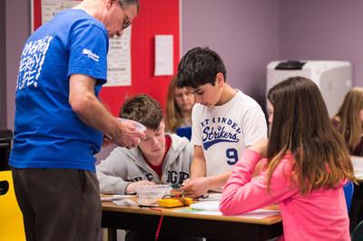 Les animateurs de Relay Éducation rendent les sciences amusantes en explorant le monde de l'énergie (Groupe CNW/Société de portefeuille d'Hydro Ottawa inc.)