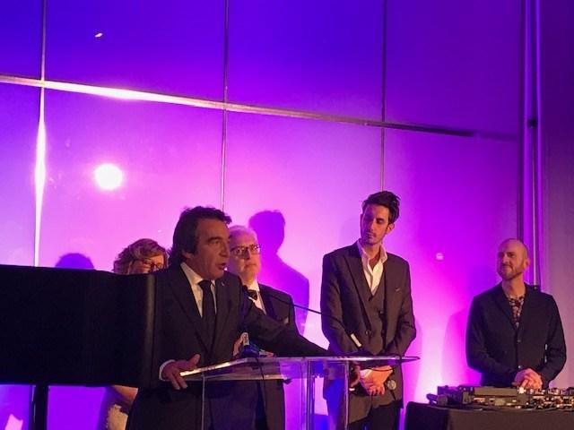 Patrick Lemaire (gauche) en train de remercier ses collaborateurs lors de la remise du prix jeudi dernier à Montréal, Québec. (Groupe CNW/Boralex inc.)