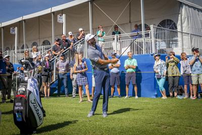 M. Johnson cale son coup d'approche pour la victoire au tournoi de golf de la Battle of the Carolinas (Groupe CNW/RBC Groupe Financier)