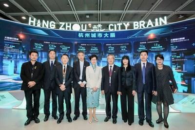 Presidente-executiva da HKSAR, Carrie Lam Cheng Yuet-ngor (quinta à esquerda), o membro do Comitê Permanente do CPC Hangzhou, Chen Xinhua (quarto à direita) e o fundador da Alibaba Cloud e patrocinador da Fundação de Inovação Científica e Tecnológica Yunqi, Wang Jian (quarto à esquerda) (PRNewsfoto/Hangzhou Municipal Development )