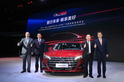 Zeng Qinghong, presidente do conselho do GAC Motor (o segundo da direita para a esquerda), Feng Xingya, presidente do GAC Group (o segundo da esquerda para a direita) e Wang Qiujing, presidente do Centro de P&D da GAC (o primeiro da direita para a esquerda) com o GA6 completamente novo (PRNewsfoto/GAC Motor)