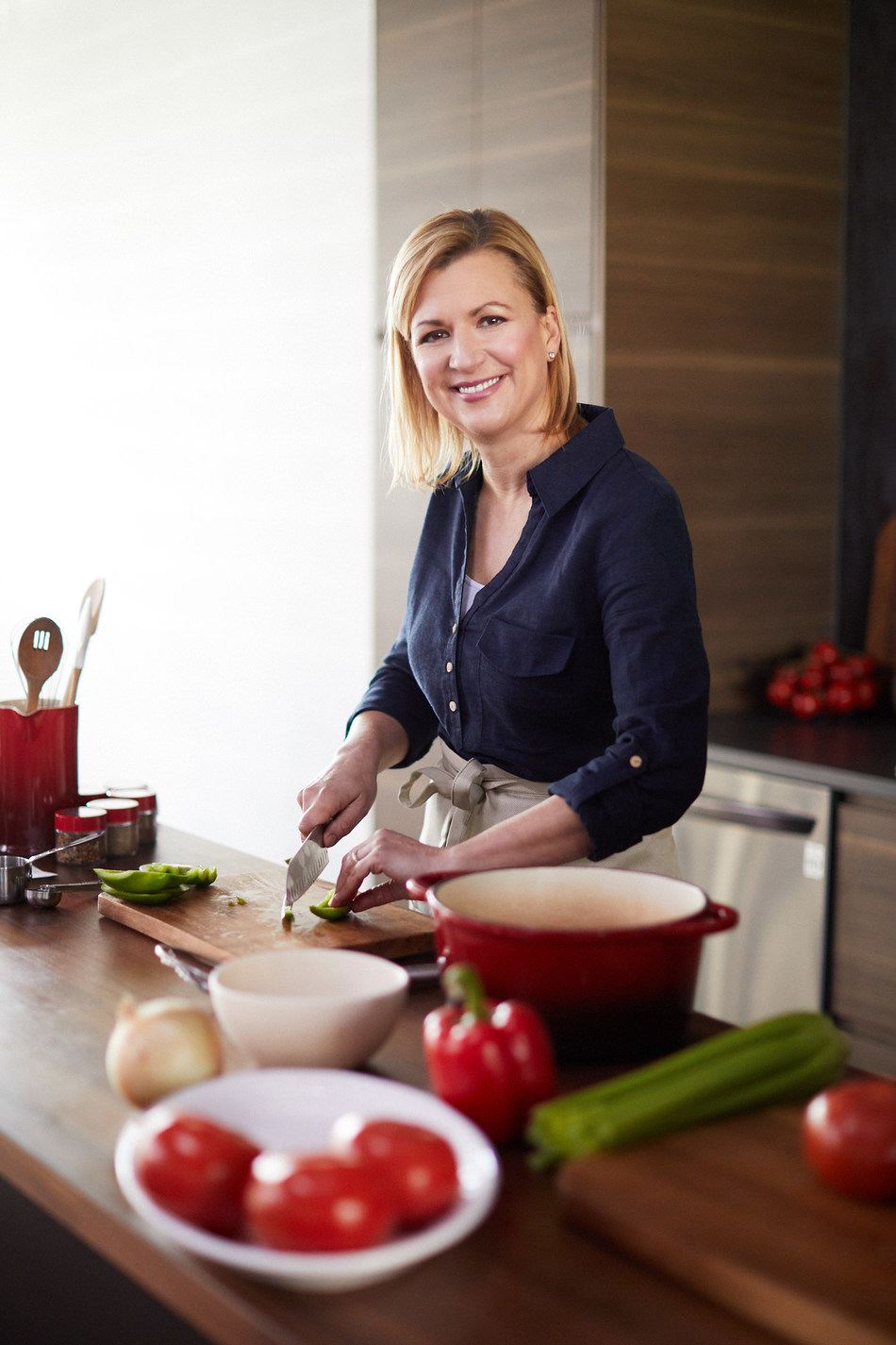 To champion the importance of Canadians cooking at home together, Chef Anna Olson partners with LG Electronics Canada to help families create and relive meaningful memories together through food. (CNW Group/LG Electronics Canada)