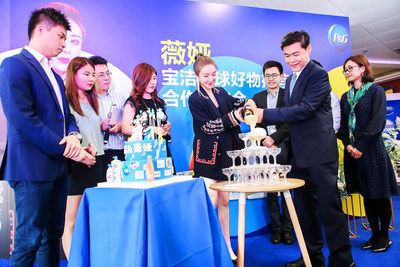 Rene Co, Vice President P&G Greater China Communications, and Viya at the celebration event (PRNewsfoto/P&G)