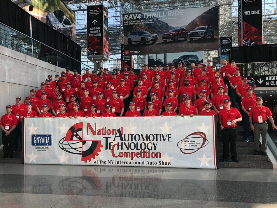 The participants of the 2019 National Automotive Technology Competition in New York, New York, including grade 12 students from Markham, Ontario Vincent Servinis and Samuel Luff. (CNW Group/Cars and Jobs)