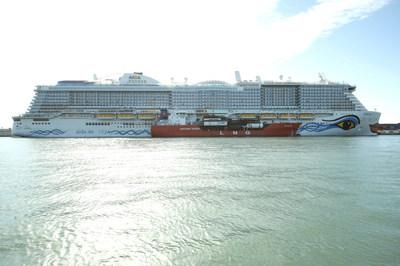 El AIDAnova, de Carnival Corporation, es el primer crucero propulsado por gas natural licuado (GNL) del mundo que hace escala en el Puerto de Barcelona y el primero en abastecerse de GNL en el Mediterráneo. (PRNewsfoto/Carnival Corporation & plc)