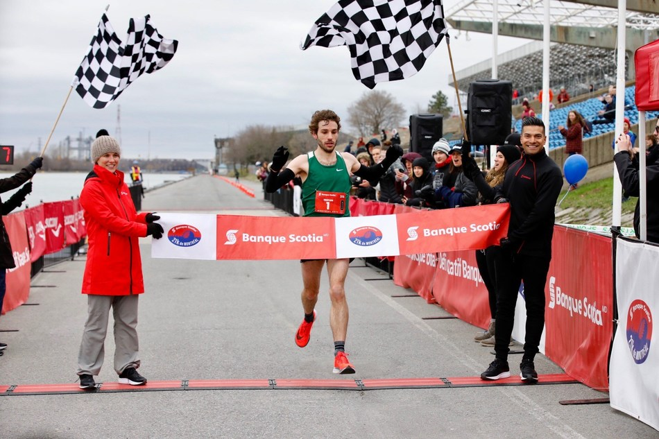 Tristan Woodfine from Cobden, Ontario wins the Banque Scotia 21k de Montréal race for the second year in a row.  Credit: Inge Johnson (CNW Group/Scotiabank)