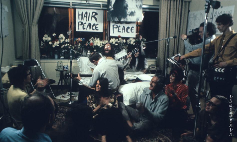 Enregistrement de la chanson Give Peace a Chance dans la suite du Reine Elizabeth. (Groupe CNW/Fairmont Le Reine Elizabeth)