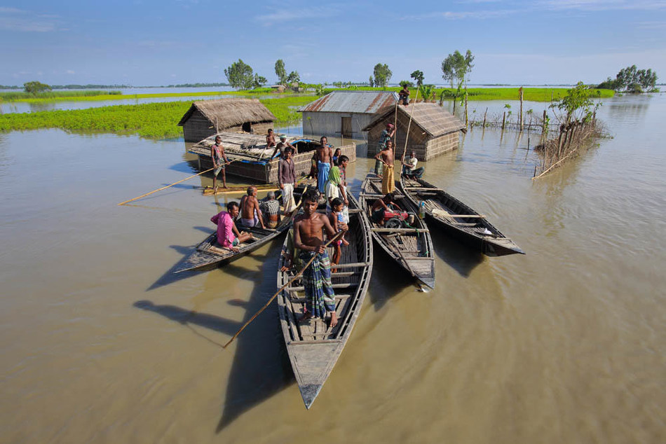 In Bangladesh, a family take to their boats after severe flooding in 2017 in the northern district of Kurigram. © UNICEF/UN0286427/Ghosh (CNW Group/UNICEF Canada)